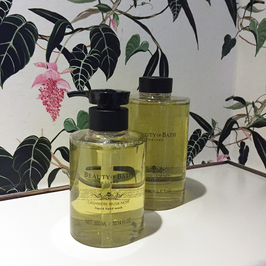 the-somerset-toiletry-company-beauty-of-bath-cashmere-musk-noir-hand-wash